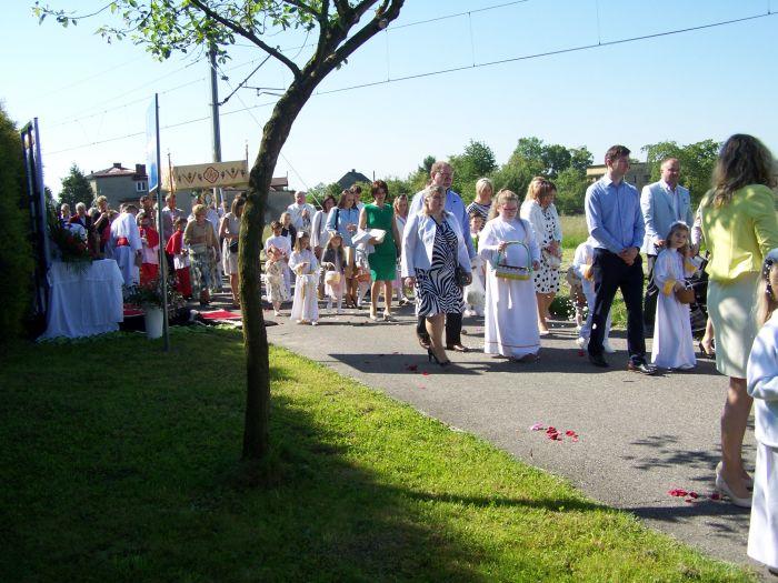 Obchody święta Bożego Ciała w Parafii Osiny. Pochód mieszkańców.