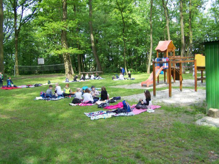 Dzieci bawiące się w parku.